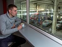 За ремонтом автомобиля вы можете наблюдать из клиентского зала с чашкой кофе в руках